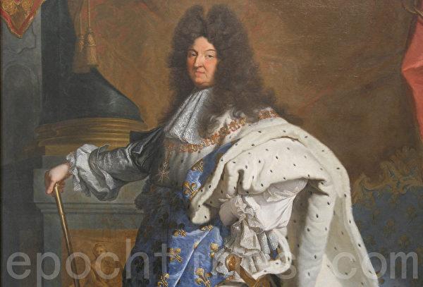 身着加冕大典礼服的路易十四肖像局部图。(Juliet Zhu/大纪元)