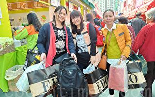 工展会期间不少市民、游客都拿着一袋袋优惠货品。(宋祥龙/大纪元)