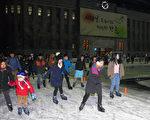 首尔广场室外滑冰场12月17日正式开始对外开放, 一直运营到明年2月9日。(全景林/大纪元)