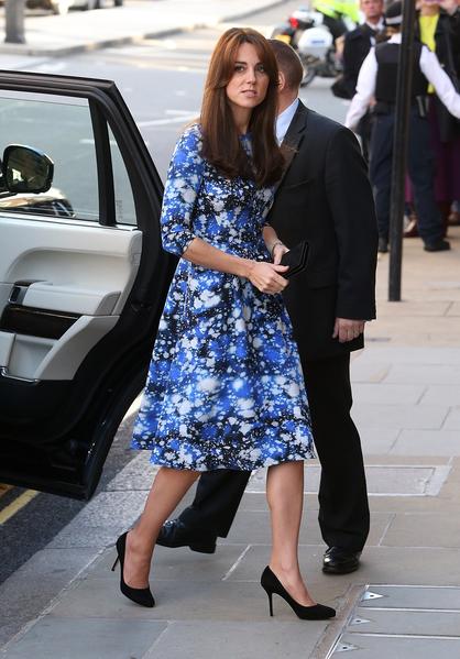 10月26日,凯特王妃一袭蓝色星空花色连衫裙,出席《小羊肖恩》首映礼。(Danny E. Martindale/Getty Images)