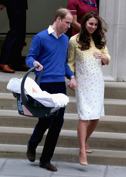 5月2日在公主夏洛特出生后,凯特与威廉离开圣玛丽医院。  (Chris Jackson/Getty Images)