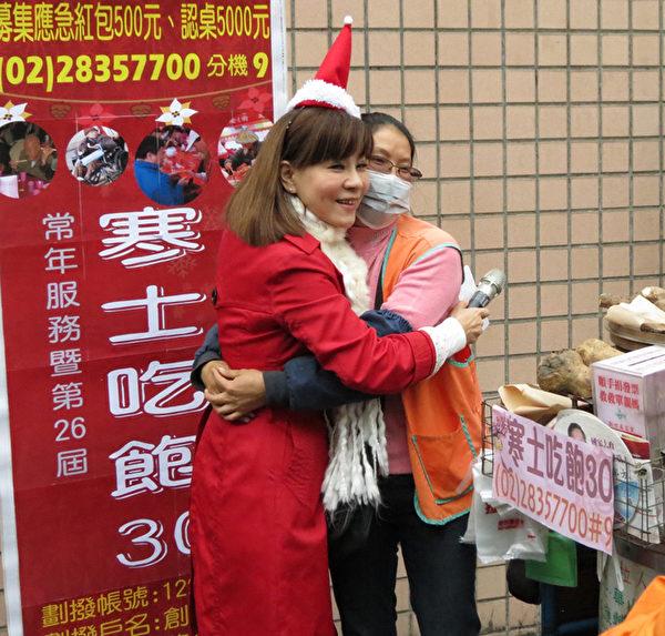 台语歌后龙千玉(左)被何妈义卖地瓜为寒士送暖的慷慨精神所感动,也来助其一臂之力。(创世基金会提供)