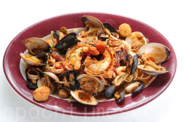 雙人海鮮大餐主菜:意大利海鮮面。(張學慧/大紀元)