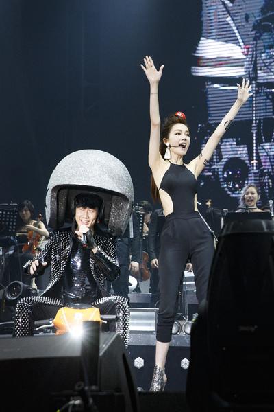 林俊傑當場被謝金燕拱戴招牌大型安全帽。(華納提供)