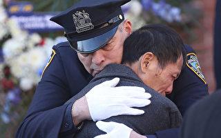 在牌匾揭幕儀式後,84分局和白思豪、布萊頓等還到事發地獻了花圈。獻花圈儀式後,一位資深警官抱著飽受喪子之痛的劉偉堂。(杜國輝/大紀元)