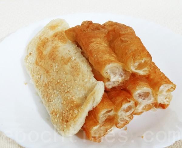 膨松香脆的油条是华人传统的早点,常搭配烧饼和豆浆一起食用。(彩霞/大纪元)
