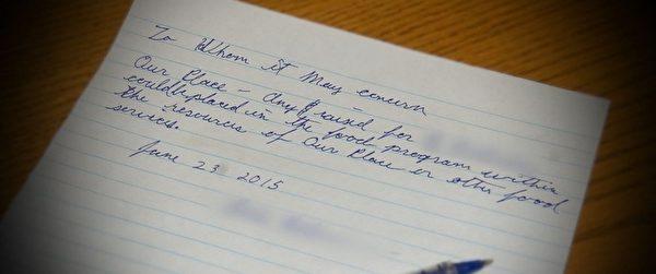流浪汉给警局写了一张纸条,要求将这笔善款转给为穷人发放食物的机构,并表示他需要的只是一份工作。(Courtesy of Royal Canadian Mounted Police)