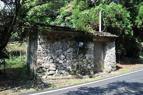 邻旁有一间石头厝(竹子湖33之10号)。 (图片提供:tony)