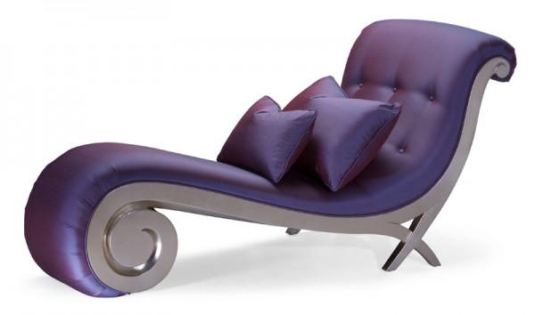 色彩浓郁、造型雍容华贵的躺椅。(图/Christopher Guy)