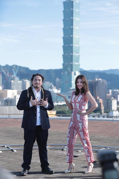 台湾歌手Matzka(左)邀请A-Lin合唱新歌《呜哇呜》,两人昨(22)日一起拍摄MV。(索尼音乐提供)