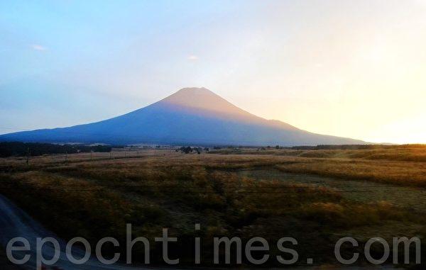 夕阳余辉下的富士山(蓝海/大纪元)
