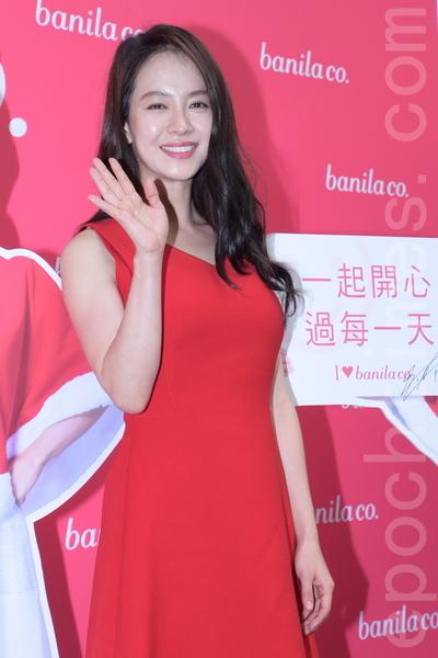 宋智孝以一袭红色无袖短洋装出席台北东区旗舰店开幕活动。(黄宗茂/大纪元)