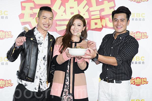 艺人Alen(左)、卓文萱(中)于12月23日在台北出席新节目开播记者会,主持前辈郭彦均(右)送上麻油鸡站台打气。(陈柏州/大纪元)
