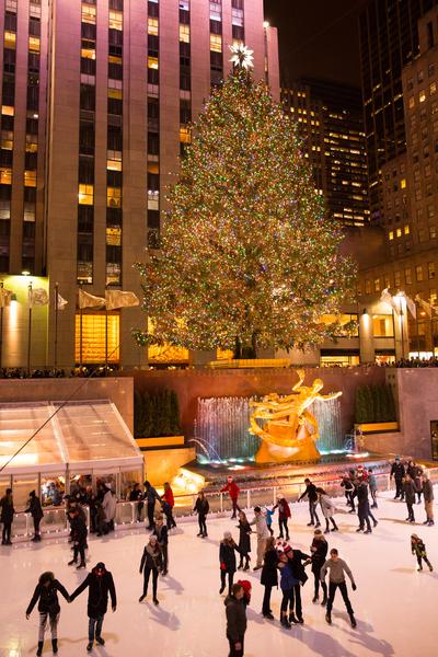 纽约梦幻圣诞夜 品味传统与时尚。洛克菲勒中心的巨大圣诞树。(戴兵/大纪元)