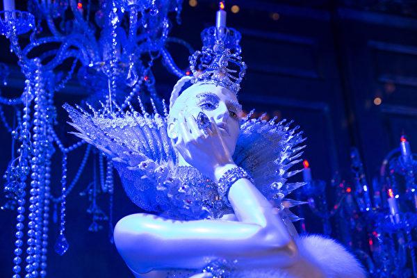 纽约梦幻圣诞夜 品味传统与时尚。纽约第五大道Saks Fifth Ave名店的的圣诞橱窗。(戴兵/大纪元)