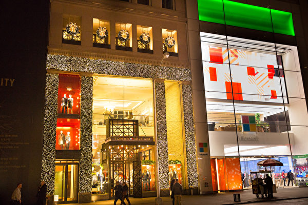 纽约梦幻圣诞夜 品味传统与时尚。纽约第五大道TOMMY HILFIGER 的圣诞灯饰。(戴兵/大纪元)