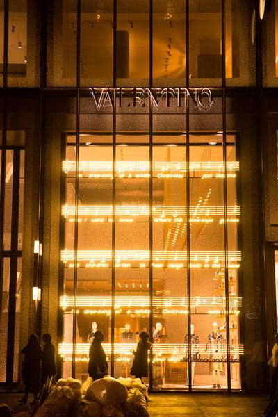 纽约梦幻圣诞夜 品味传统与时尚。纽约第五大道VALENTINO 的圣诞灯饰。(戴兵/大纪元)