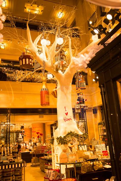 纽约梦幻圣诞夜 品味传统与时尚。纽约第五大道名店 HENRI BENDEL 的圣诞灯饰。(戴兵/大纪元)