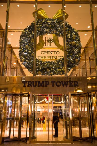 纽约梦幻圣诞夜 品味传统与时尚。纽约第五大道川普大厦(Trump Tower)圣诞灯饰。(戴兵/大纪元)