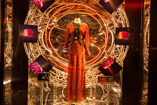 纽约梦幻圣诞夜 品味传统与时尚。纽约第五大道路易威登(LOUIS VUITTON)旗舰店圣诞装饰。(戴兵/大纪元)