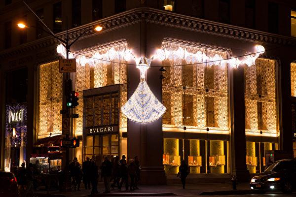 纽约梦幻圣诞夜 品味传统与时尚。纽约第五大(BVLGARI)旗舰店圣诞灯饰。(戴兵/大纪元)