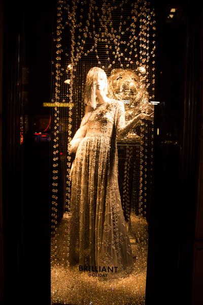 纽约梦幻圣诞夜 品味传统与时尚。纽约第五大道(BERGDORF GOODMAN)旗舰店圣诞灯饰。(戴兵/大纪元)