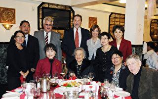 PASSi举办新年联欢晚会 。PASSi创办人Im Ja Choi(前排左一)和项目经理Sharon Hartz(后排右一)与PASSi董事会成员及家属合影。前排左起: Im Ja Choi、Cecilia Yip、Pearl Lee, David Gitter,后排左起:Jimmy Chong和太太Elena、Jim Mallale、David Miller 和太太Margery、Grace Kong和Sharon Hartz。(肖捷/大纪元)