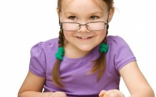 衛福部國健署調查,從幼兒園中班到小六,近視盛行率直線攀升。為減緩兒童近視率,國健署呼籲增加學童戶外活動。(Fotolia)