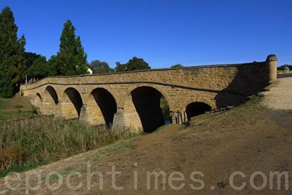 澳洲最古老的石桥,依然是里士满古镇的交通要道。(華苜/大紀元)