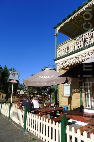 Richmand Arms旅店的酒吧,專賣本地產澳洲最老啤酒-Cascade。(華苜/大紀元)