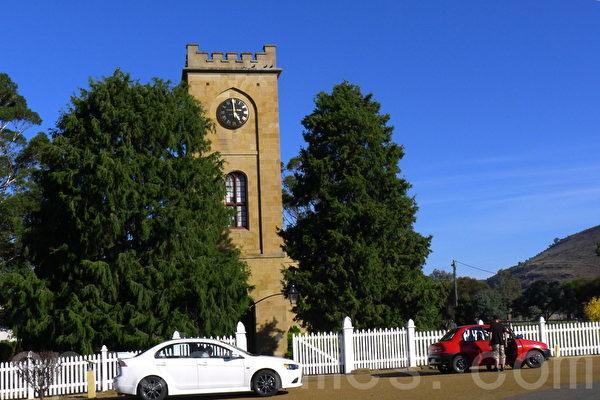 聖路加聖公會教堂第一塊基石在1834年由當時統治者亞瑟奠定,格魯吉亞哥特式風格的教堂,並採用了鋸齒形為塔頂和時鐘。(華苜/大紀元)