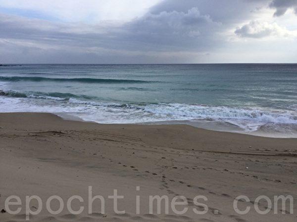 度假中心专属的海滩洁净细软,海天一色,漫步其间悠闲浪漫。(谢蕙如/大纪元)