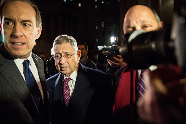 11月30日,陪審團確定對紐約州前議長蕭華(Sheldon Silver)的所有指控成立,圖為蕭華(中)在庭審結束後離開法庭。(Andrew Burton/Getty Images)