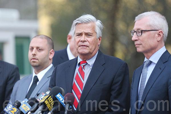 今年5月,紐約州前參議員斯卡洛(中)和兒子亞當·斯卡洛(左)在記者會上。(杜國輝/大紀元)