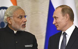 2015年12月24日,俄羅斯總統普京(左)在與印度總理莫迪會談後,雙方在聯合記者會上。莫迪訪問莫斯科期能加強俄印兩國防務關係。(ALEXANDER NEMENOV /AFP)