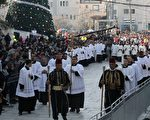 2015年12月24日,在耶稣诞生地伯利恒,许多基督徒和神职人员在圣诞教堂外的马槽广场游行庆祝圣诞节。(MUSA AL-SHAER/AFP/Getty Images)