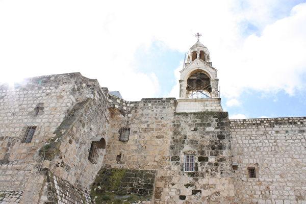 伯利恒圣诞教堂,君士坦丁大帝建,世界上仍在使用的最古老教堂之一。建于耶稣诞生之地马槽原址。(维基百科公有领域)