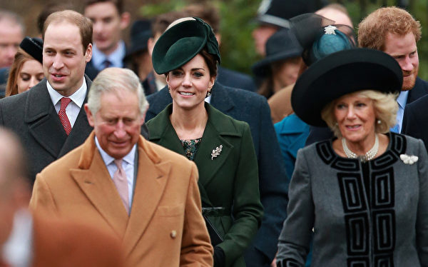 12月25日,英国王室主要成员在伊丽莎白二世女王的率领下,按照往年传统一起在度假的诺福克郡桑德琳汉姆宫教堂参加圣诞日祈祷仪式。(Chris Jackson/Getty Images)