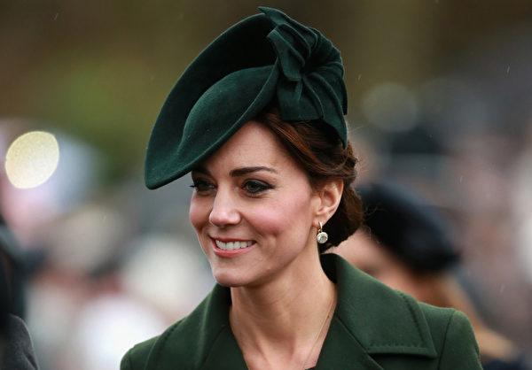 凯特王妃一袭绿装和威廉王子一起参加祈祷仪式,乔治王子和夏洛特公主则未跟在身边。(Chris Jackson/Getty Images)