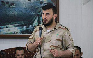 44歲的艾洛斯是敘利亞反抗軍「伊斯蘭軍」的首領,他於12月24日在首都大馬士革東部遭到殺害。圖為今年7月21日,他在一個士兵的婚禮上發表講話。(AMER ALMOHIBANY/AFP/Getty Images)