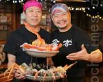 """""""食客""""老板朴辙镐先生(右)新年将海鲜盛宴""""食客海鲜塔""""奉献给食客。(张学慧/大纪元)"""