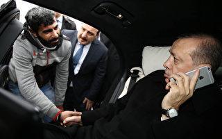 土耳其男子欲跳桥轻生 总统路过劝回心转意