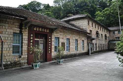 正殿两侧砂岩砌造的厢房,古朴浑厚。 (图片提供:tony)