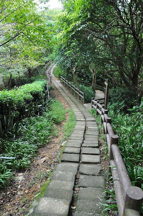 续行下坡路,抵达仁慈寺附近的岔路,直行或右岔路都可通往圆通寺。 (图片提供:tony)