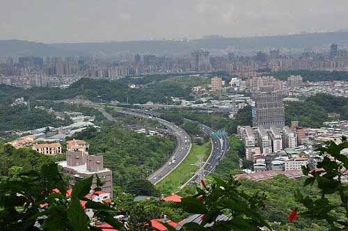 俯瞰北二高。北二高的中和隧道穿越这座山。(图片提供:tony)
