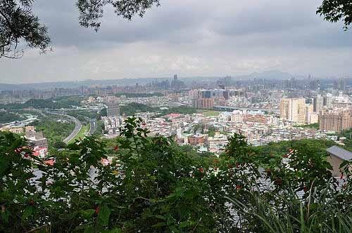 邓公岭附近的观景平台,眺览台北盆地,与观音山遥遥相望。(图片提供:tony)