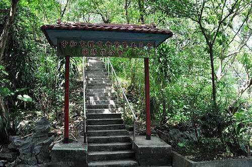 国胜岭牌楼登山口。 (图片提供:tony)