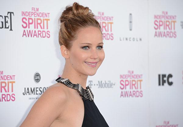 詹妮弗‧劳伦斯盘起高高的发髻。(Jason Merritt/Getty Images)