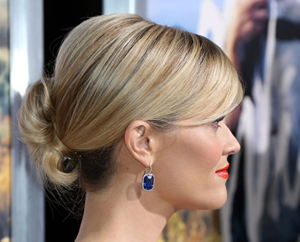 奥斯卡影后威瑟斯彭的髻发造型。(Frederick M. Brown/Getty Images)