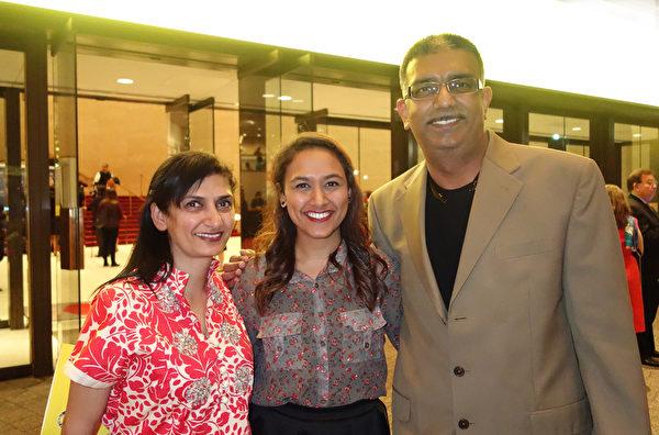 Sarosha Hmani和父母一起观赏12月26日晚的演出。(余欣然/大纪元)